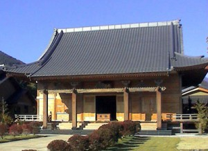 大峯千日回峰行は、一日48キロの険しい山道を16時間かけて年間約4ヶ月、奈良の吉野山から大峯山の標高1749メートルの山まで往復するという9年がかりの修行です。