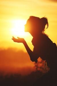「今日はいい日だ、今日はいい日だ」と何回もいってみてください。そういうと、脳は「そうか、いい日なんだ」と判断してからだに休止命令を出します。そうするとふぁ~っと筋肉がゆるみます。身体が戦闘体制でなくなります。【斎藤一人】